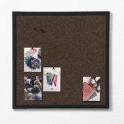 Mørk kork opslagstavle med sort ramme. 60 x 60 cm