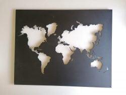 Verdenskort i sort pulverlakeret stål