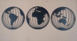 3 globus verdenskort i sort pulverlakeret stål